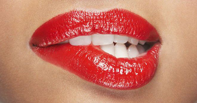 яркая губная помада