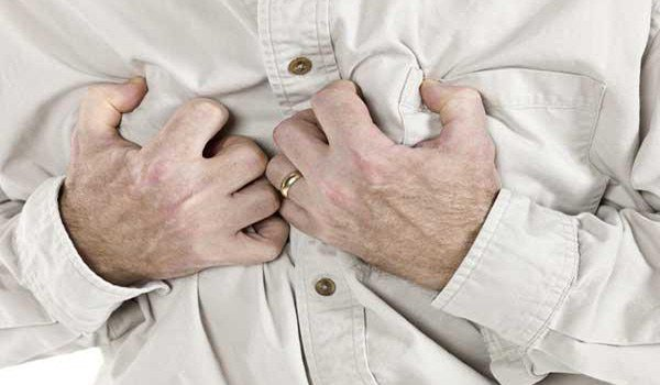 сжатием в области груди