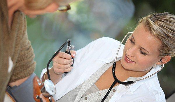 медсестра меряет давление