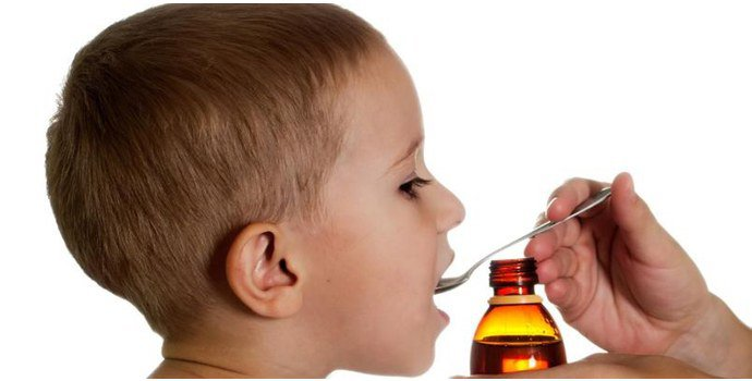 Ребенок пьет суспензию