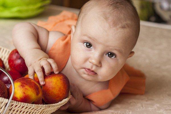 малыш с персиком