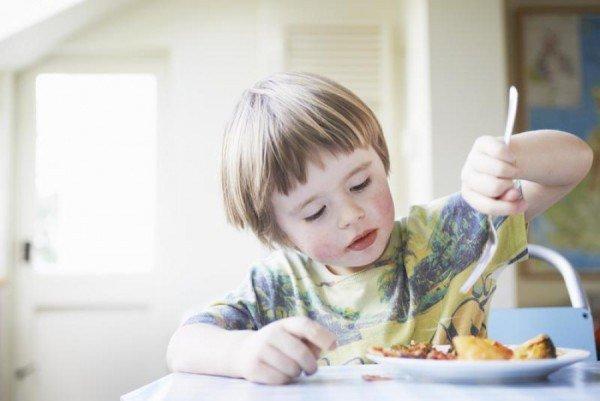 ребенок кушает мясо