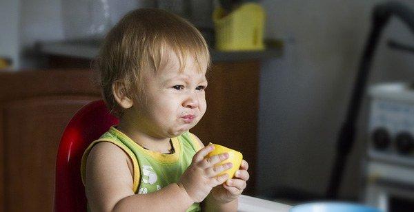 ребенок кушает лимон