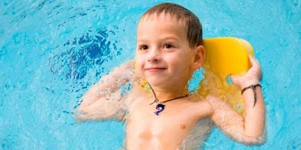 ребенок в басейне