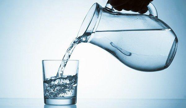 рекомендуется дать больному выпить немного теплой воды