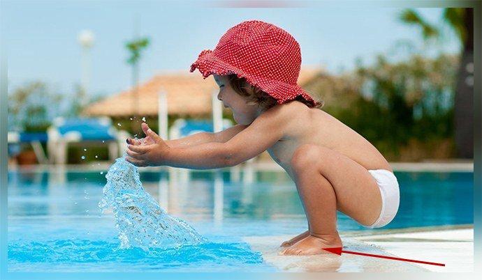 Ребенок босиком в бассейне